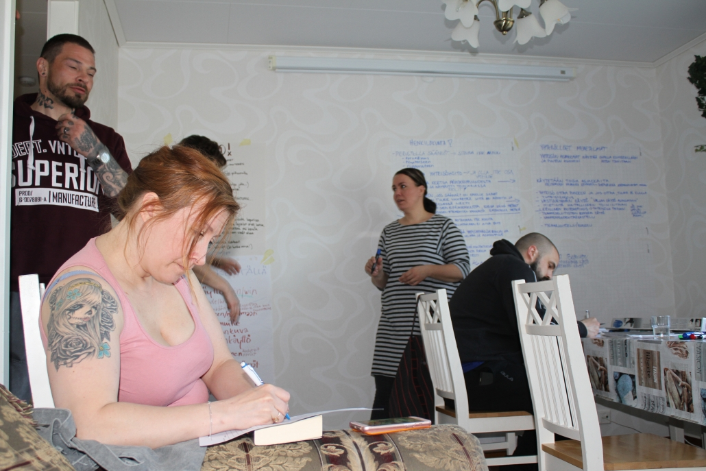 Keskittynyttä kirjoittamista. Viikonlopun aikana ajatuksia kirjoitettiin ylös jatkon kehitystyötä varten.